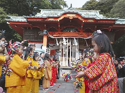 少女による伝統の舞