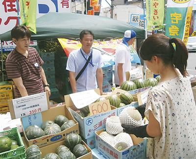 中華街で農産物をPR