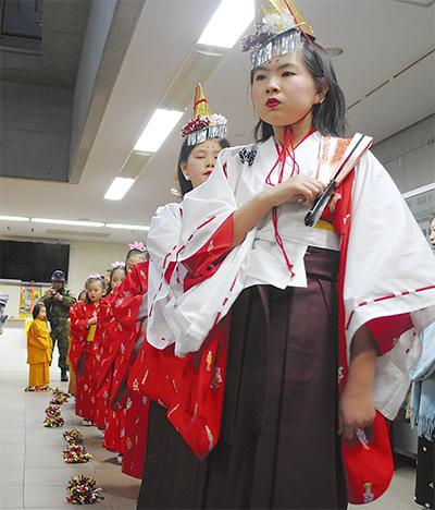 伝統の舞い、市内各地で披露