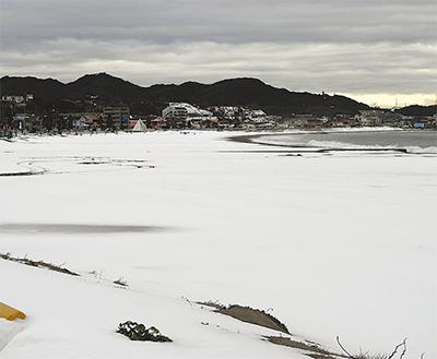 海岸砂浜も雪化粧