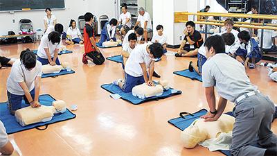 救急法や海のスポーツを体験