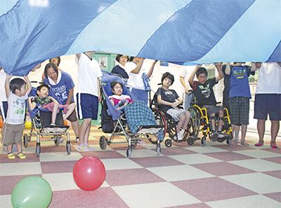 障がい児と風船遊び