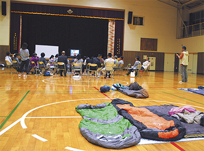 避難所体験、体育館に一泊