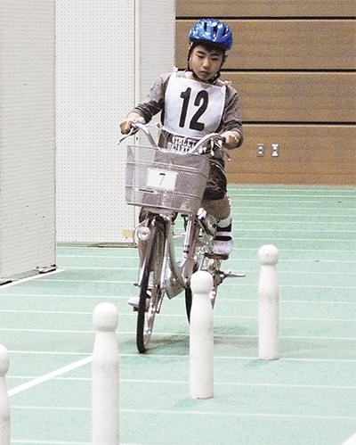 競って学ぶ自転車マナー