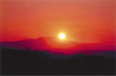 茜色の天城山を写す