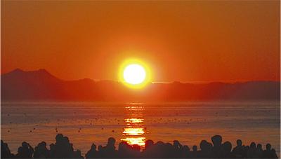 海から望む初日の出