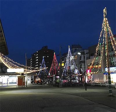 駅前広場に光の彩り