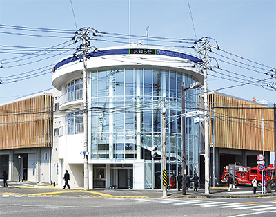 引橋に新庁舎完成