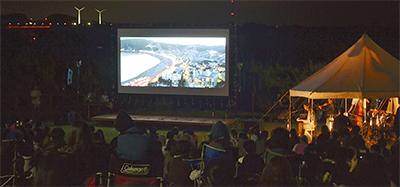 月夜の下で野外映画鑑賞