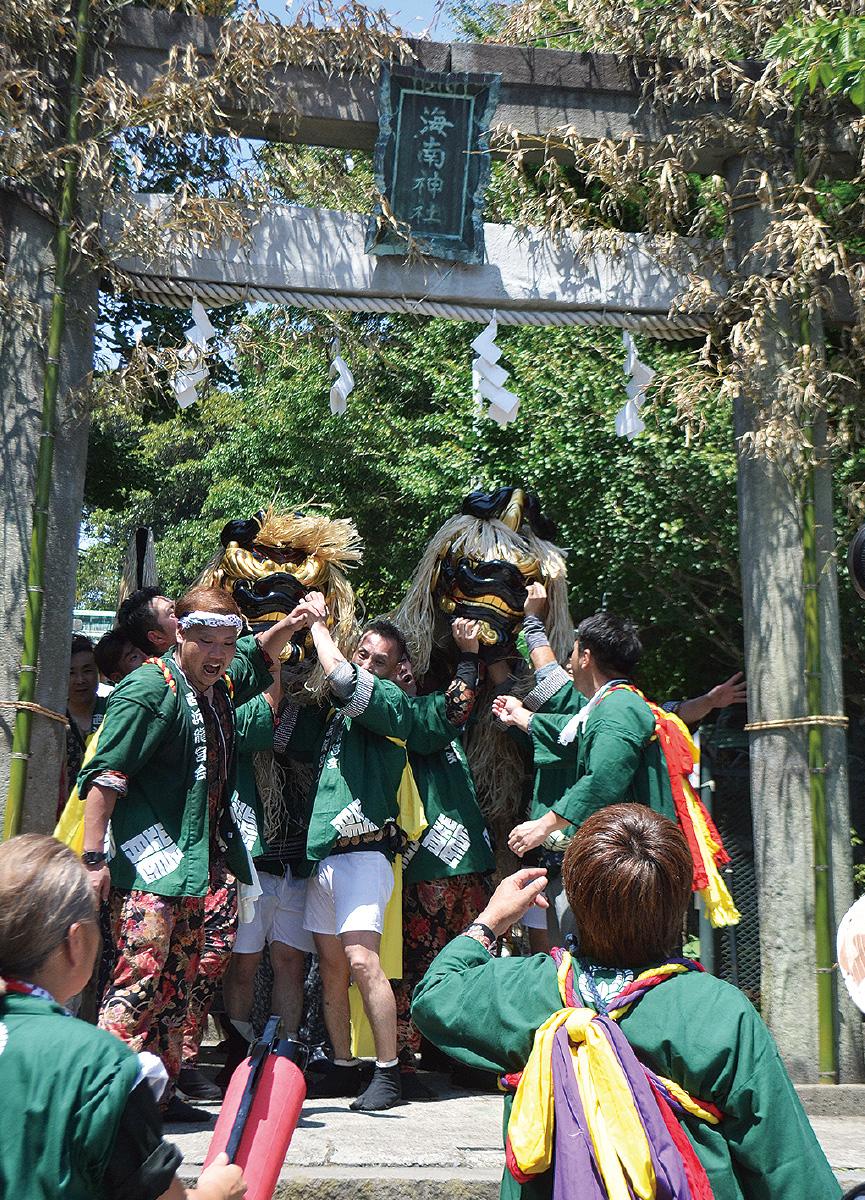 神輿と獅子勇ましく