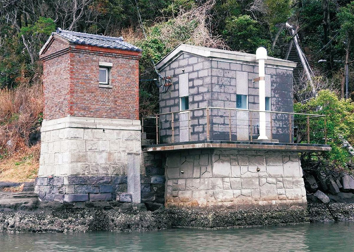 油壺湾の入り口に建つ油壺験潮場旧建屋=写真左=(写真提供/三浦市)