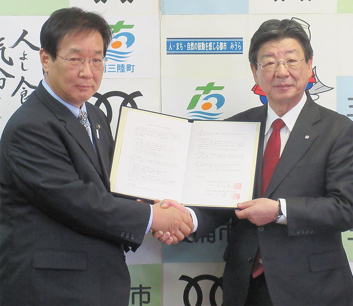 協定書に調印し、相互連携を確認した佐藤南三陸町長=写真右=と吉田三浦市長(写真/市提供)