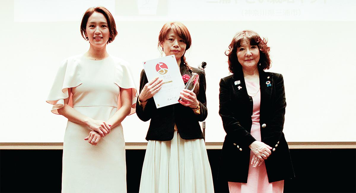 表彰を受けた桑村さん(写真中央)