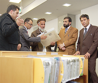 通訳を通して図書館についての説明を受ける視察団