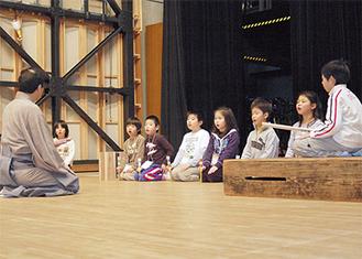 なぎさホールの舞台で地謡の稽古に励む子どもたち。本番まで1ヶ月を切り、練習に熱がこもる