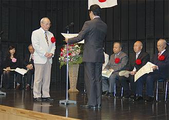 平井市長から表彰状が渡された
