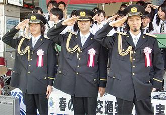 制服を着て敬礼する「逗子3兄弟」(右から大雅さん、優己さん、翔馬さん)