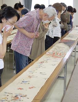 「伴大納言絵巻」の復元模写に見入る参加者