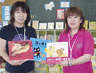 本を手に写真に収まる女川町職員