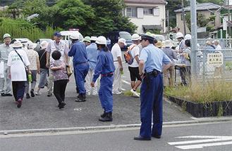 警察や消防団の誘導で堀内防災広場に向かう参加者