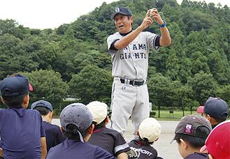 ボールを手に指導する宮本さん