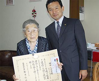 賞状を手に写真に収まる田中シヅヨさんと平井竜一市長