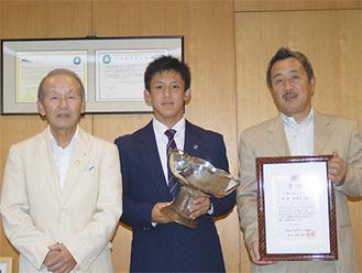 トロフィーを手にする松崎さん(中央)