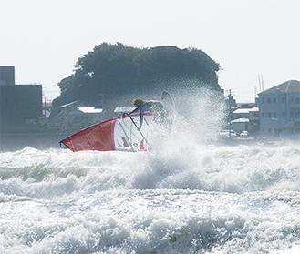 冬型の気圧配置が決まると湘南海岸には風速10mを超す西風が吹き荒れる。ウインドサーファーはこの日を待っている
