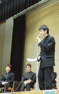 壇上で演説に力のこもる生徒
