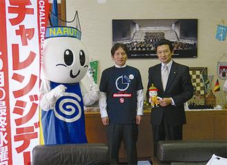 戦いを前にエールを交わした平井竜一逗子市長と泉みちひこ鳴門市長(左)