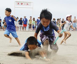 砂浜で熱戦が繰り広げられる