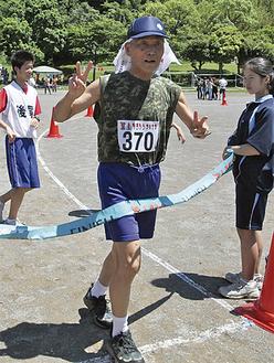 3Kmを完走し、ゴール際でピースサインを見せる松谷さん