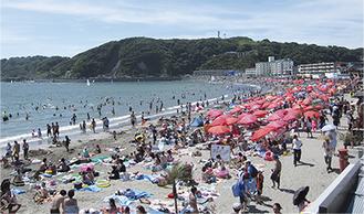 市内外から多くの海水浴客が訪れる逗子海岸。一昨年には100万人が訪れた