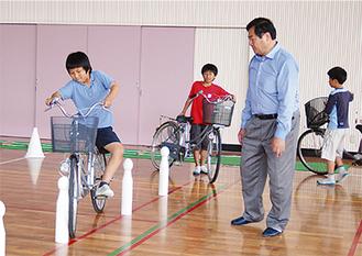体育館で練習に励む児童ら