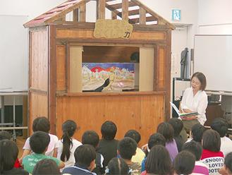 温かみのある手作りの劇に見入る児童ら