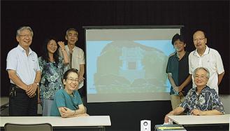 試写会で笑顔を見せるメンバー