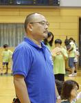 試合を見守る松岡さん。クラブを創設して20年がたち、教え子の中には世界大会で優勝する選手も出てきた