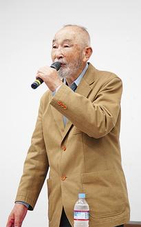 講演会に立つ信太正道さん