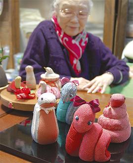 会長の武智さんが手掛けた木目込み人形。色鮮やかな布やリボンで可愛らしくアレンジ