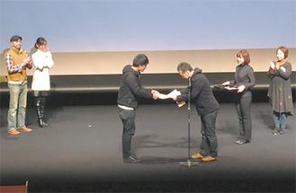 賞状を受け取る伊丹さん(左)