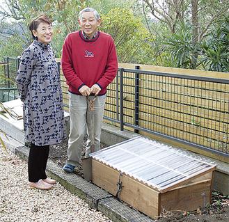 考案した松本さん夫妻。手製のキエーロの前で