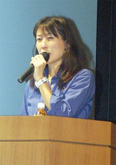 登壇する元JAXA宇宙飛行士の山崎さん