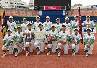 横浜スタジアムで行われた決勝戦で勝利を飾り、賞状を手にする選手ら