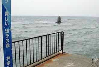干潮時には磯が姿をあらわす逗子海岸の「不如帰の碑」付近