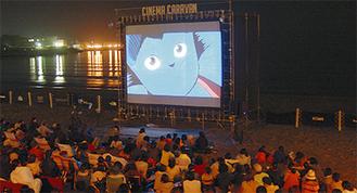 昨年の映画祭の様子。会場に設置された300インチの巨大スクリーンで屋外上映を楽しむ