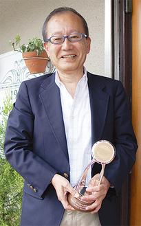 トロフィーを手にする松田さん