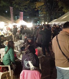 大勢の客で賑わうメーン会場の亀岡八幡宮