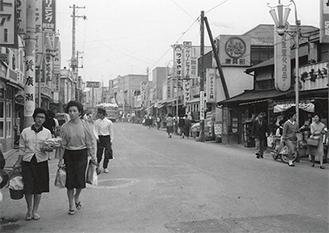 昭和30年から40年代頃とみられる逗子銀座通り商店街(=写真提供)