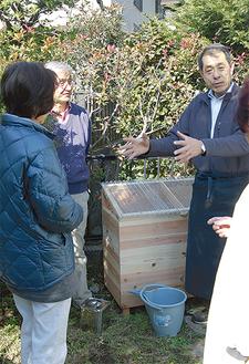 設置を終え、使い方を説明する桐ケ谷さん(=写真左から3番目)
