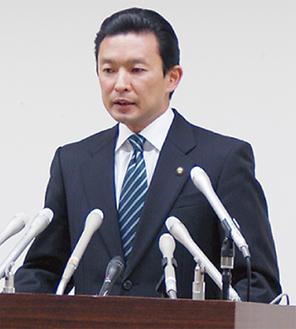会見に臨む平井市長(=1月24日、市役所)